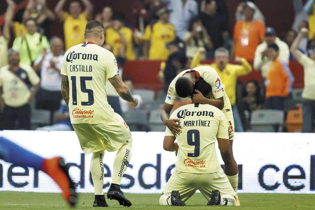 DOBLETE. Roger Martínez (9) marcó los dos goles que sentenciaron la victoria azulcrema. Foto: EFE
