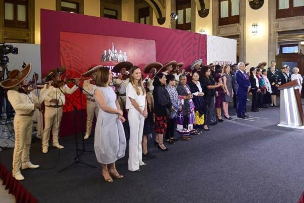 El presidente de México invitó a madres destacadas  a participar en el evento. Foto: Presidencia