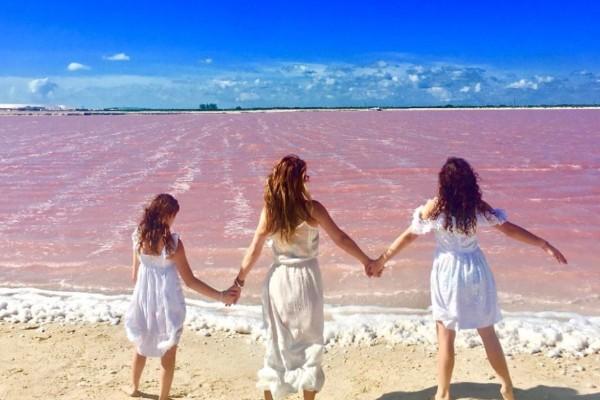 Andrea Legarreta compartió una fotografía con sus hijas y agradeció el privilegio de ser mamá. Foto: Instagram