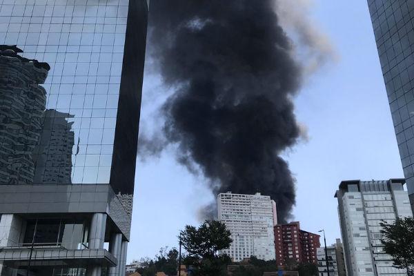 Incendio en lote baldío sobre Carretera México Toluca y Paseo Aviara. Foto: De Twitter  @meanniiees