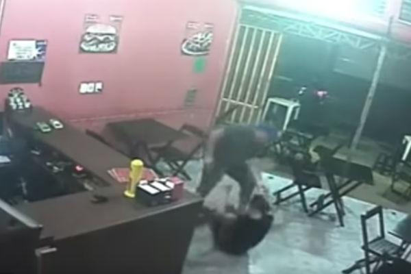 El policía golpeo a la mujer por que ésta le puso salsa BBQ a sus hamburguesas. Foto: Especial