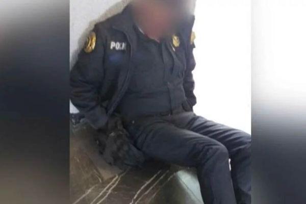 La mujer fue acosada por cuatro hombres y pidió ayuda al policía. Foto: Especial