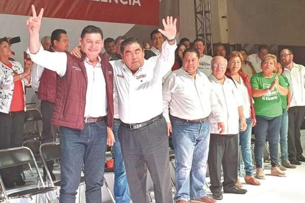 Alejandro Armenta respaldó a Miguel Barbosa, ante seis mil maestros poblanos. Foto: Especial