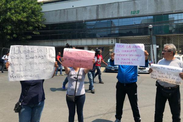 Familiares de los niños fallecidos acudieron con pancartas a la audiencia
