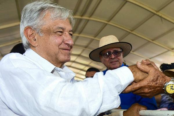 El Presidente de México en su gira de trabajo por Puerto Vallarta aseguró que los jóvenes recibirán sus becas para que puedan seguir estudiando. FOTO: CUARTOSCURO