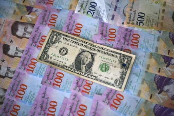 El billete verde se compra en un precio mínimo de 18.00 pesos. Foto: Archivo | AFP
