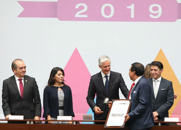 """Del Mazo mencionó durante la entrega de la presea """"Honor Estado de México"""", que se trata de un merecido homenaje a los años de esfuerzo. FOTO: ESPECIAL"""