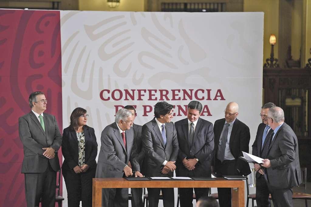 El presidente López Obrador, funcionarios y banqueros, firmaron de acuerdo para aligerar los pasivos de Petróleos Mexicanos. FOTO:  LESLIE PÉREZ