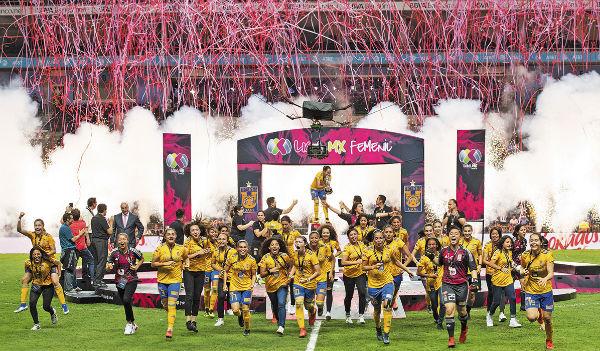 Equipo femenil de Tigres da todo por su triunfo . FOTO: MEXSPORT