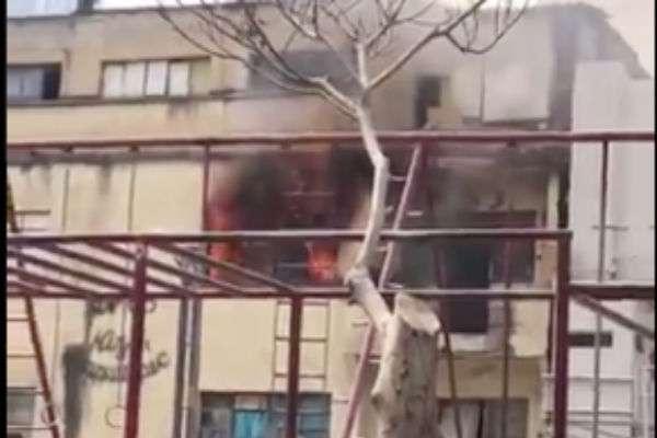 Al interior de la vivienda ubicada en el segundo piso fueron rescatadas dos personas. FOTO: ESPECIAL