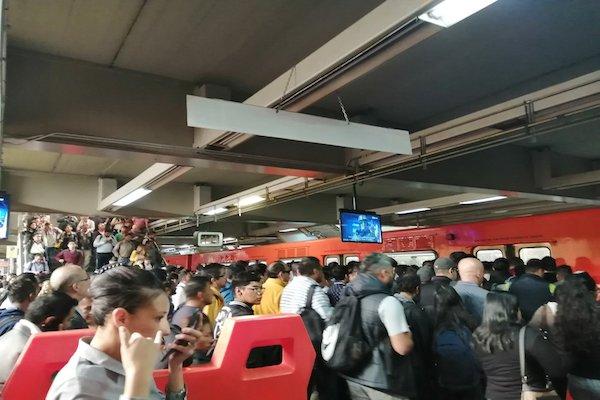 Estación del Metro saturada