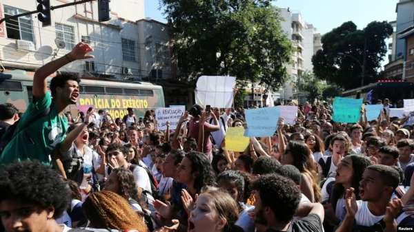 Estudiantes llamaron al presidente Bolsonaro un