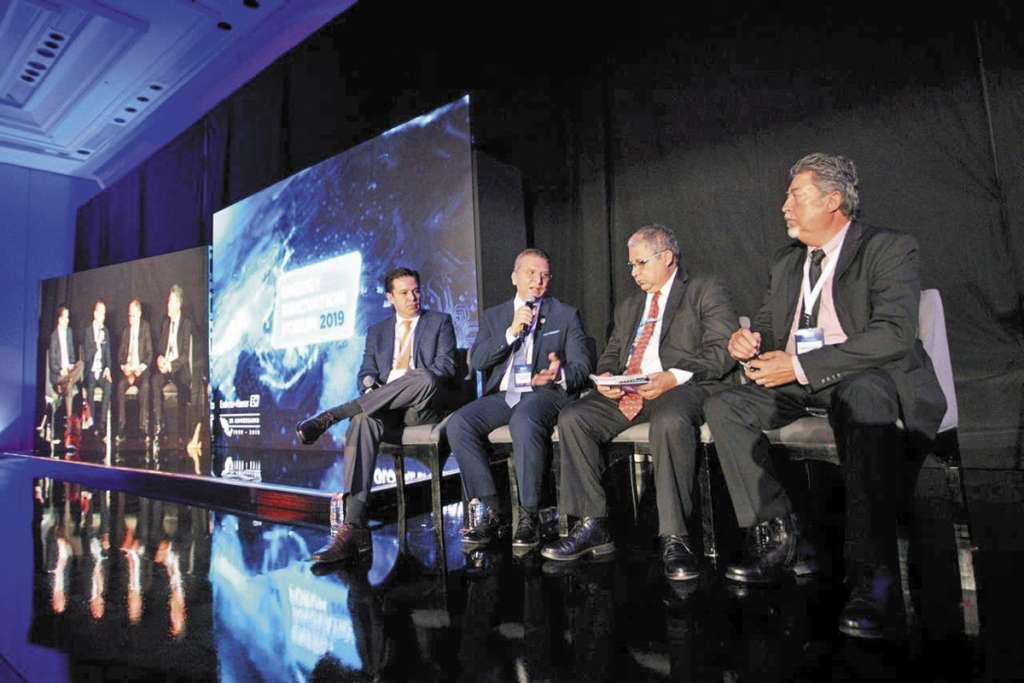 El director general de la ASEA, Luis Vera Morales, se reunió con reguladores del sector en un foro.FOTO: ESPECIAL