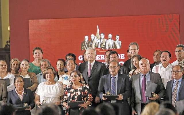 El Presidente recibió a maestros destacados en Palacio Nacional.FOTO: NAYELI CRUZ