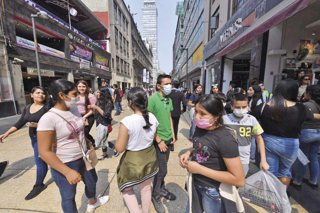 Algunos paseantes en la capital usaron cubrebocas como medida preventiva.FOTO: PABLO SALAZAR