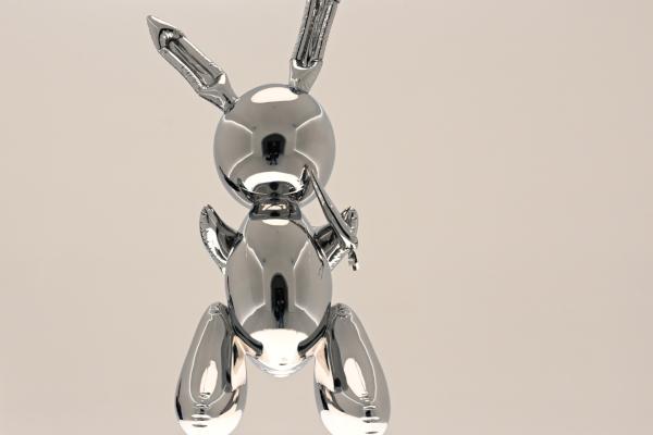 El conejo de acero inoxidable fue subastado por la casa Christie's en Nueva York. Foto: AFP