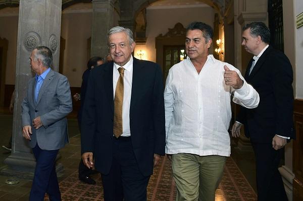 El convenio para fortalecer y ampliar el sistema integrado del transporte en el Área Metropolitana de Monterrey fue firmado por el Secretario de Comunicaciones y Transportes, Javier Jiménez Espriú, y el gobernador, Jaime Rodríguez Calderón, y como testigo, el Jefe de la Nación. Foto: Cuartoscuro