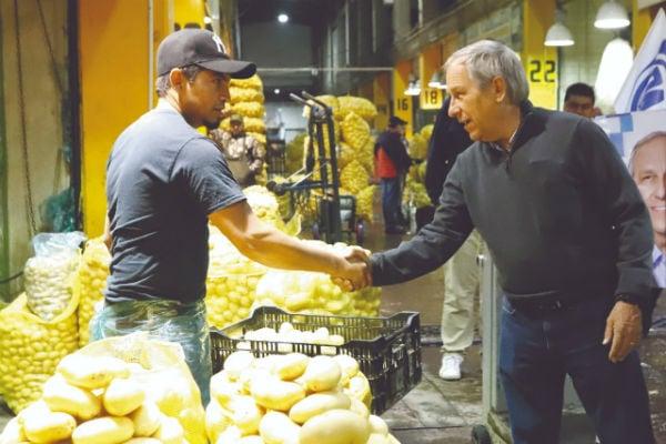 Enrique Cárdenas conversó con comerciantes de la Central de Abasto. Foto: Enfoque