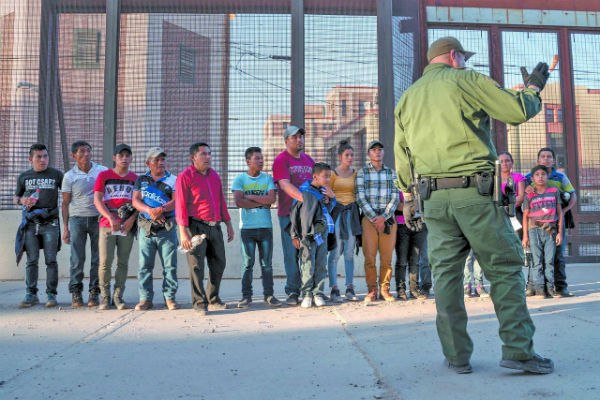 El pasado jueves, este grupo de migrantes fue detenido por la Patrulla Fronteriza, y fue trasladado a un centro de procesamiento en El Paso, Texas. FOTO: AFP