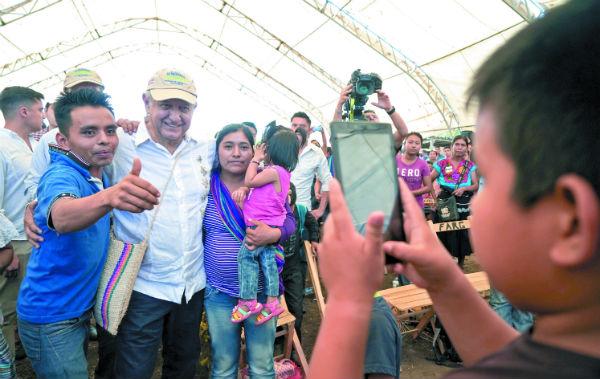 El Presidente convivió ayer con habitantes de Ocosingo, Chiapas. Foto: Especial