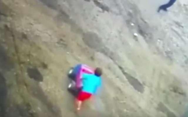 El momento en el que un niño se salva de ser atropellado por un tráiler en Colombia: VIDEO
