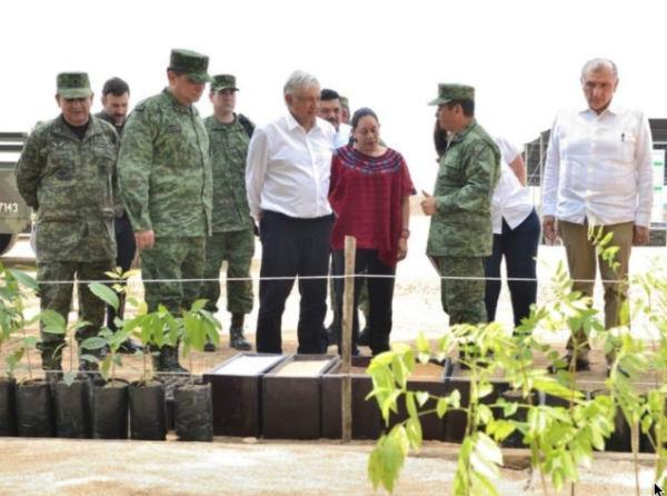 El mandatario recorrió el vivero luego de celebrar una asamblea en el ejido Arroyo El Triunfo.FOTO: ESPECIAL