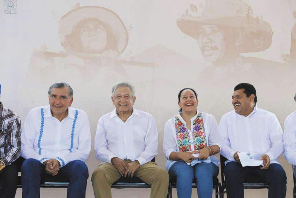 El gobernador Augusto López (izq.) estuvo con el mandatario.FOTO: ESPECIAL