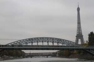 Hombre escala Torre Eiffel, Foto: CUARTOSCURO