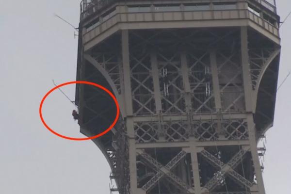 Momento en el que un hombre escala la Torre Eiffel. Foto: Especial.
