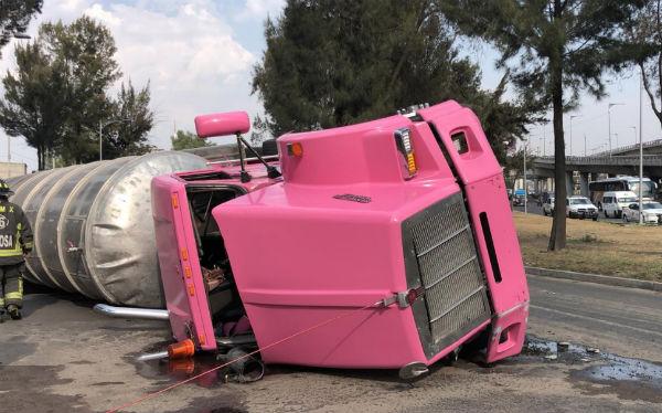 El tractocamión marca Kenworth, color rosa mexicano terminó sobre la cinta asfáltica de arteria vial. FOTO: ESPECIAL