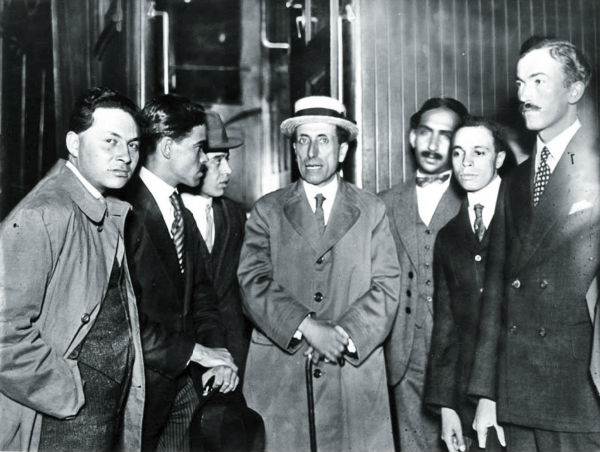 En la imagen, el poeta aparece rodeado de algunas personalidades de la época que le muestran su admiración.  FOTO: ESPECIAL