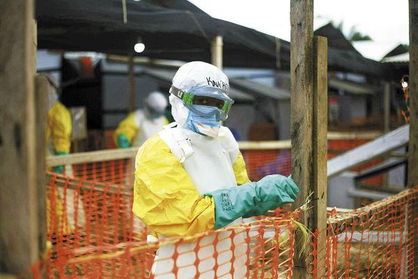 Empleado de la OMS realiza labores en la campaña contra el ébola en Beni, en el Congo. FOTO: AP