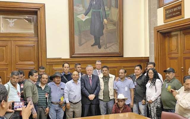 El presidente de la Corte recibió a integrantes de la policía comunitaria de Guerrero.FOTO: ESPECIAL