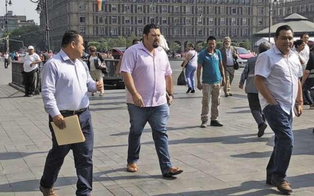 Eloy López (centro), secretario de la Sección 22, el llegar a Palacio Nacional.FOTO: ESPECIAL