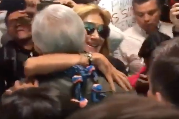Adela Micha abraza a AMLO