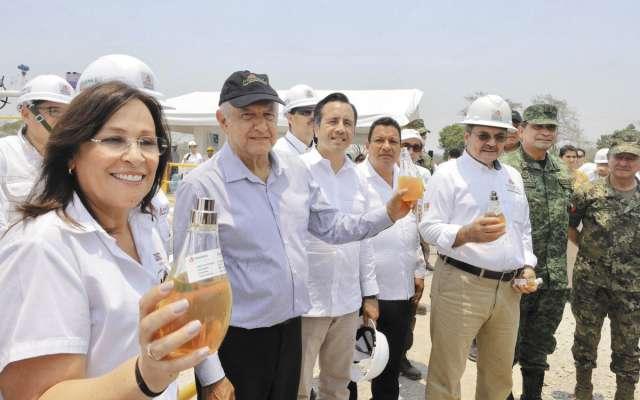 Por la tarde, AMLO viajó aTierra Blanca a supervisar las labores en el campo Ixachi.FOTO: ESPECIAL