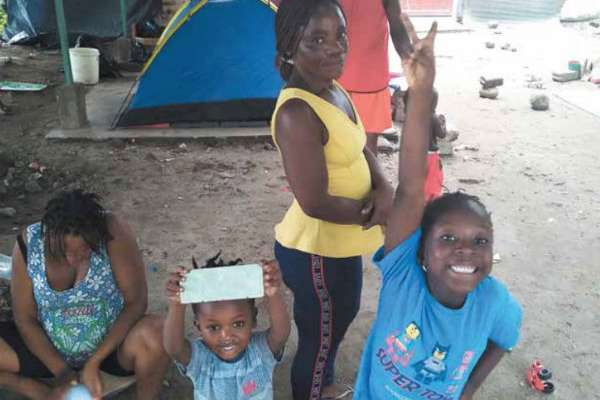 Una familia del Congo se instaló en el exterior de la estación Siglo XXI; comparte con otras cuatro el espacio. FOTO: JENY PASCACIO