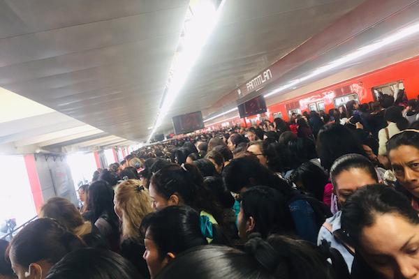 Usuarios del Metro reportan alta carga de pasajeros en la estación Pantitlán. Foto: Especial