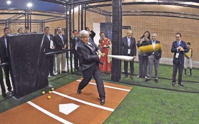 El 13 de febrero, AMLO fue nombrado Embajador Mundial del Beisbol.FOTO: CUARTOSCURO