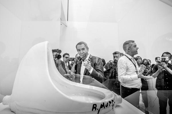 VIENDO A LA CÁMARA. El artista Jeff Koons, con la escultura La Fuente de Marcel Duchamp. Foto: YAZ RIVERA