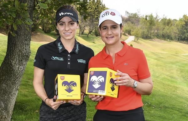 APOYO. Previo a tomarse la fotografía del recuerdo, las golfistas realizaron un boteo. Foto: JDS AGENCIA