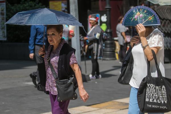 Las autoridades recomiendan a la población mantenerse hidratados y no exponerse mucho al sol. Foto: Archivo | Cuartoscuro