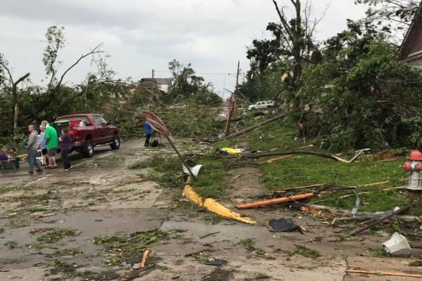 El paso del tornado dejó árboles arrancados o postes y tendidos eléctricos tumbados. Foto:  @MoPublicSafety