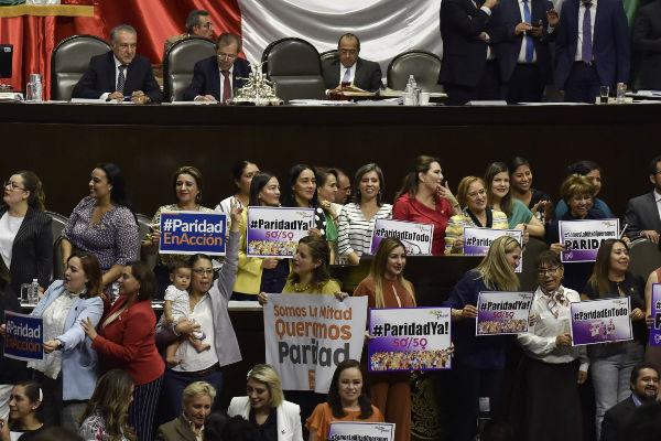 """En medio del grito """"¡sí se pudo!"""" legisladoras de todas las bancadas festejaron el dictamen en materia de Paridad de Género. Foto:Cuartoscuro"""
