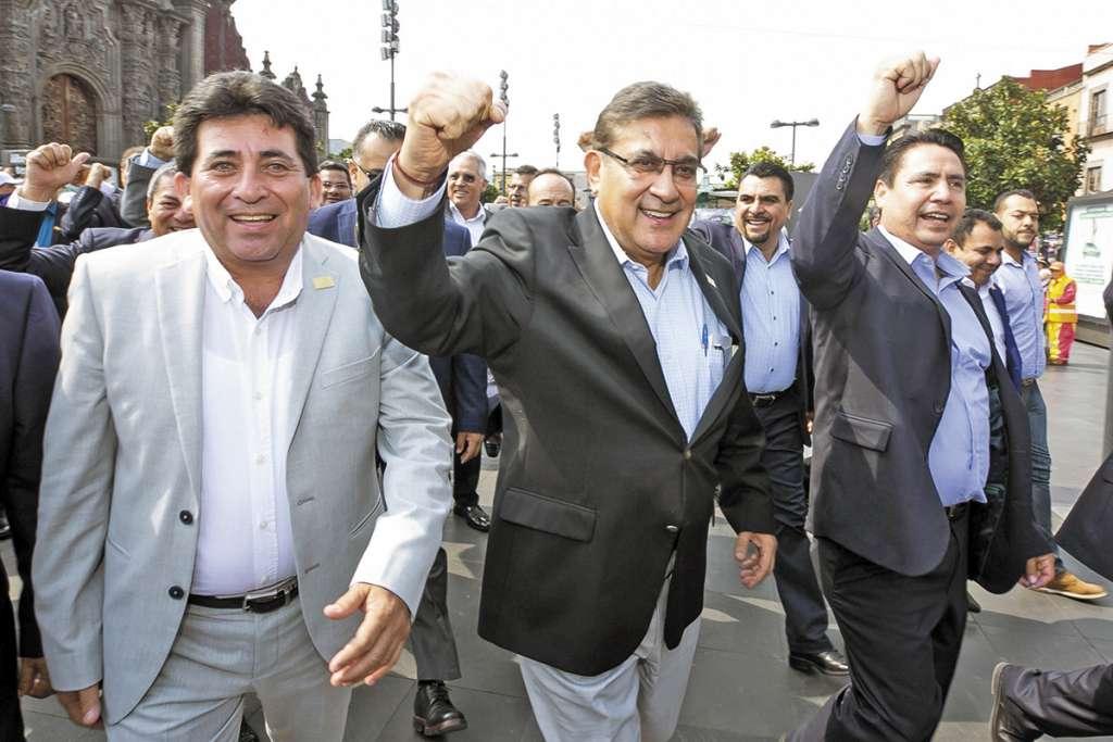 Alfonso Cepeda, secretario general del SNTE (centro), dijo que no hubo necesidad de paro.FOTO: CUARTOSCURO