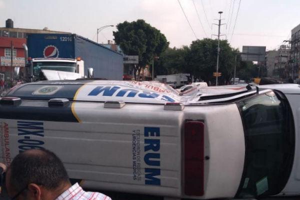 Servicios de emergencia atienden la volcadura de una ambulancia