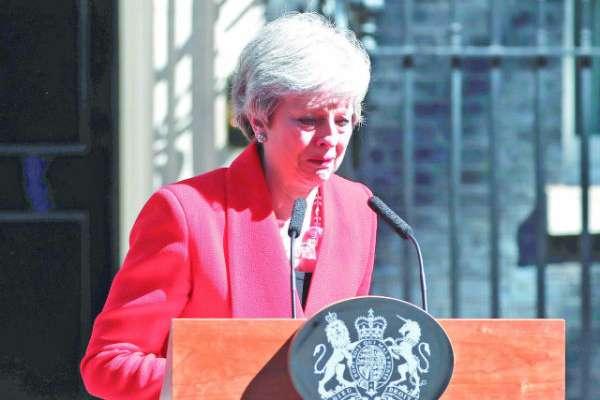 Con la voz quebrada, Theresa May anunció su dimisión al no poder concretar un divorcio ordenado. FOTO: AP