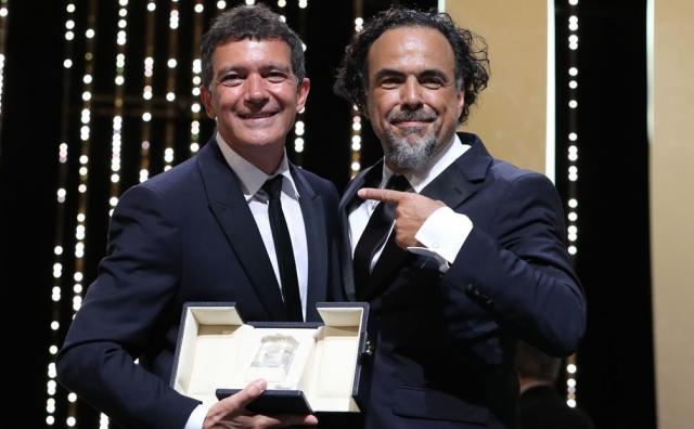 Iñárritu le entregó la Palma de Oro a Antonio Banderas. Foto: Especial