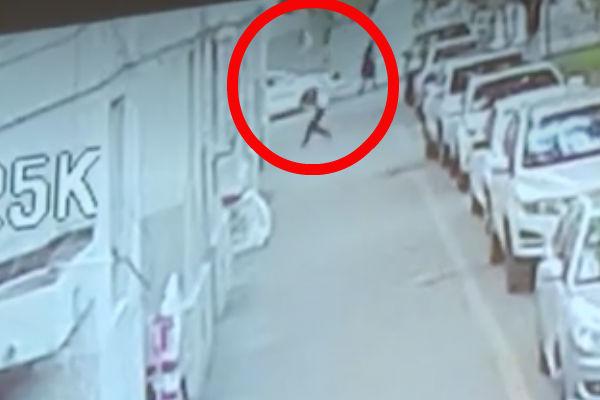 un pequeño niño se cayó del quinto piso de un edificio en China, sin embargo un hombre pudo salvarlo.