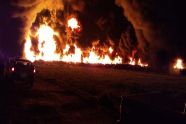 Incendio en ducto de Pemex. Foto: Especial.